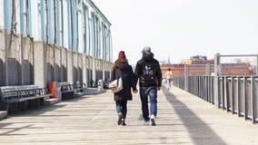 De handen van de paarholding op een pijler in de Stad van New York stock afbeeldingen