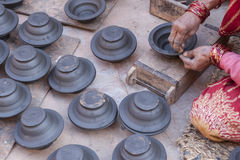 De handen van pottenbakker doen een kleipot in Bhaktapur, Nepal Royalty-vrije Stock Afbeeldingen