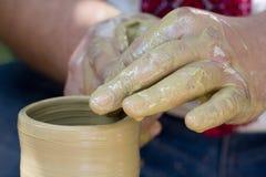 De handen van pottenbakkers stock afbeeldingen