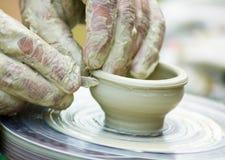 De handen van pottenbakkers Stock Foto's