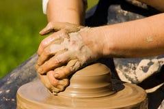 De handen van pottenbakkers stock foto
