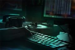 De handen van de programmeur die een toetsenbord, een donkere achtergrond gebruiken Stock Foto's