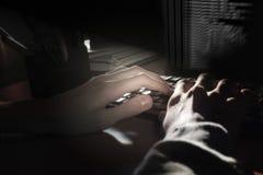 De handen van de programmeur die een toetsenbord, een donkere achtergrond gebruiken Royalty-vrije Stock Foto