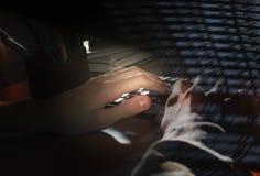 De handen van de programmeur die een toetsenbord, een donkere achtergrond gebruiken Royalty-vrije Stock Afbeelding