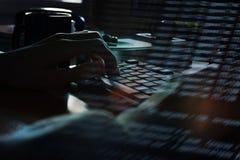 De handen van de programmeur die een toetsenbord, een donkere achtergrond gebruiken Stock Afbeelding