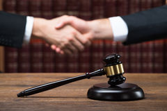 De Handen van rechtersand client shaking bij Rechtszaal stock fotografie