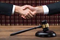 De Handen van rechtersand client shaking bij Rechtszaal royalty-vrije stock fotografie