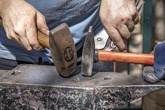 De handen van smeden met hamers royalty-vrije stock fotografie
