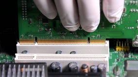 De handen van de technicusmens met handschoenen die kaart opnemen aan computer hoofdraad stock video