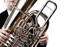 De handen van de tubaspeler met instrumentenclose-up stock foto's