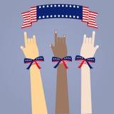 De handen van vele gekleurde mensen met de vlag van de V.S. kleuren linten Royalty-vrije Stock Afbeeldingen