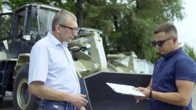 De handen van de verkopersschok met koper na succesvolle overeenkomst over het kopen van tractor stock video