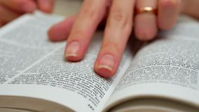 De Handen van de vrouw openen het Boek op Lijst en vinden Informatie stock footage
