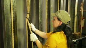 De handen van de vrouw de stadiumarbeider in handschoenen maakt de kabel van het theatergordijn vast stock videobeelden