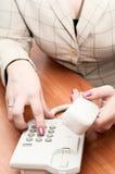 De handen van vrouwen draaien een telefoonnummer Stock Foto