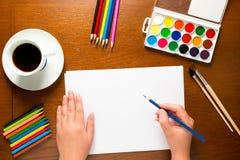 De handen van vrouwen met een blauwe potloodtekening Royalty-vrije Stock Foto