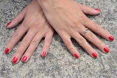 De handen van vrouwen met een manicure Stock Foto's