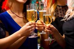 De handen van vrouwen met kristalglazen champagne royalty-vrije stock afbeeldingen