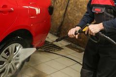 De handen van Washerman wassen auto door kanon dicht omhoog te wassen royalty-vrije stock foto