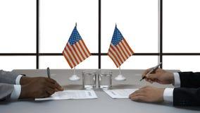 De handen van zakenlieden ondertekenen documenten stock video