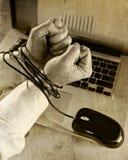 De handen van zakenman wijdden zich aan het werkband met muiskabel aan computerlaptop in werkverslaafde Stock Foto's