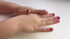 De handen worden behandeld met een room stock footage