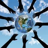 De handenbereik van mensen voor aarde Stock Afbeelding