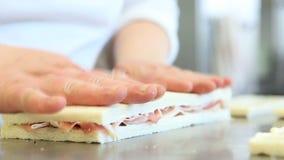 De handenchef-kok bereidt sandwiches voor stock videobeelden