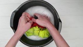 De handenhand wast het bekken stock footage