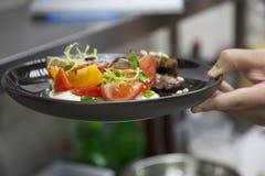 De handenkok, kokend lam met groente versiert stock afbeeldingen