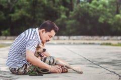 De handenmens vindt vlotik op het haar van de hondhuid stock foto's