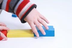 De handenspel geïsoleerdc stuk speelgoed van het kind Royalty-vrije Stock Afbeelding