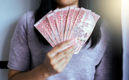 De handenvrouw toont Thaise geldbankbiljetten Royalty-vrije Stock Afbeelding