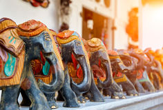 De handgjorda elefantsna på gatasouvenirmarknad Royaltyfri Foto
