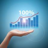 De handgreep die financiële grafiek analyseren Royalty-vrije Stock Afbeelding
