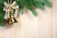 De handklokken van Kerstmis op een houten lijst Stock Foto