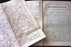 De handleiding en de kaart van Normandië Frankrijk Stock Afbeeldingen
