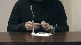 De handmens wordt belast met elektronische sigaret geurige vloeistof stock video