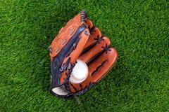 De handschoen en de bal van het honkbal op gras Royalty-vrije Stock Afbeeldingen