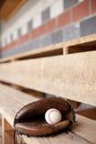 De Handschoen van het honkbal in Dugout stock foto