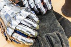 De handschoen van de metaalridder ` s Stock Afbeeldingen