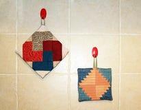 De handschoenen van de keuken die van flarden worden gemaakt Stock Afbeelding