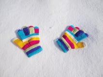 De handschoenen van de kinderenwinter in sneeuw Stock Fotografie