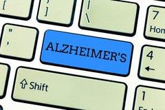 De handschrifttekst die Alzheimer s schrijven is Concept die Progressieve geestelijke verslechtering betekenen die in middenleeft stock foto's