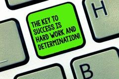 De handschrifttekst die de Sleutel schrijven aan Succes is het Harde Werk en Bepaling Concept die Toewijding betekenen die een we stock afbeelding