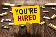 De handschrifttekst die u schrijven aangaande wordt gehuurd Concept die Nieuwe Job Employed Newbie Enlisted Accepted Aangeworven  royalty-vrije stock foto's