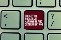 De handschrifttekst de Sleutel tot Succes is het Harde Werk en Bepaling Concept die Toewijding betekenen die een Toetsenbord werk stock afbeeldingen