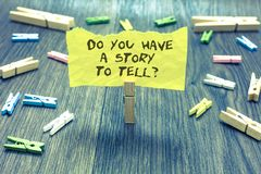 De handschrifttekst u heeft een Verhaal om vraag te vertellen Concept die Storytelling-van de Ervaringenpaperclip van Geheugenver stock foto's