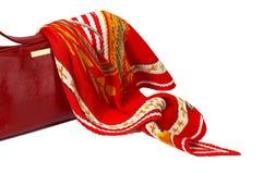 De handtas en de sjaal van rode dames die op wit wordt geïsoleerde Royalty-vrije Stock Foto