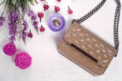 De handtas van het bloemenparfum royalty-vrije stock foto's